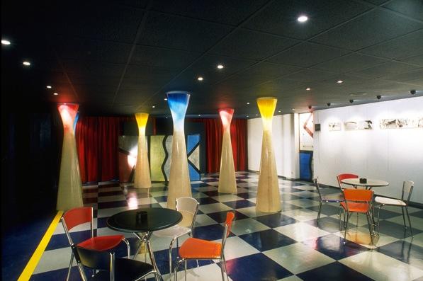 Une cafétéria en sous-sol pour un espace de diffusion culturelle aujourd'hui disparu. La Maison de l'étranger avait pour mission de promouvoir les musiques du monde.