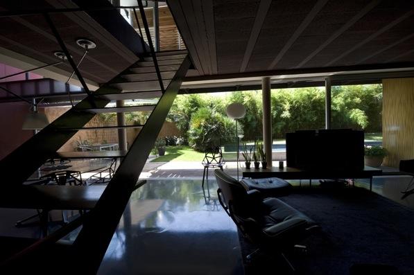Une maison-manifeste, bloc de 25m x 6m x 6m qui joue avec le soleil, et dont la façade principale, plein sud, est une seule baie vitrée sur deux niveaux, protégée par une visière de béton brut et un bandeau persienné de red cedar