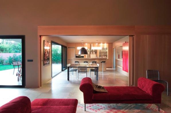 Une grande maison contemporaine dans le pays d'Aix-en-Provence, composée avec le souvenir de Palladio et les pesanteurs des obligations réglementaires locales.
