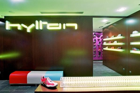 La boutique d'un chausseur, première d'une collection qui en compte huit. Un concept de marchandisage unique: les chaussures des vitrines sont exposées sur les vitres.