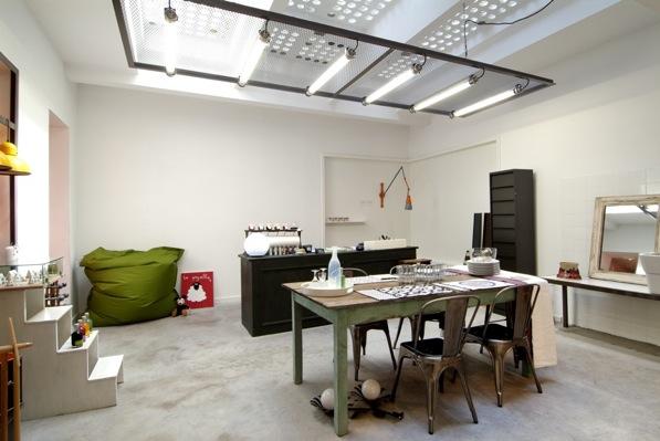 Une boutique d'arts de la table et d'objets et mobilier domestique neuf et contemporain ou ancien et rénové. Sobriété maximale, composition et effets d'architecture à minima.