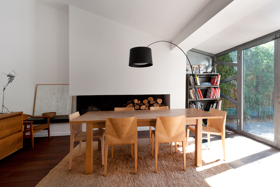 Autour de la table à rallonge en chêne naturel, les chaises
