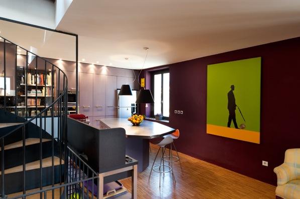 Une cuisine recomposée en 2010 dans un loft aménagé au début des années 90. Un étonnant MDF gris/rose associé à de l'inox brossé. Un plateau de comptoir sur mesure et spectaculaire aux facettes multiples.