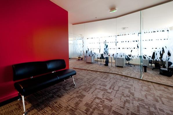 Des bureaux en open-space et parois vitrées aux parcours aléatoires. les filtres de films translucides abandonnent les rigueurs orthogonales pour une fluidité géométrique mais organique.